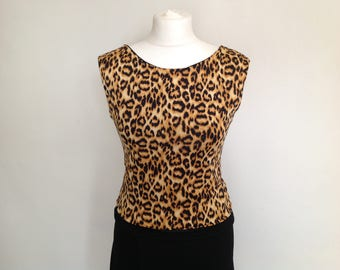 Short style top with v back in leopard print small size