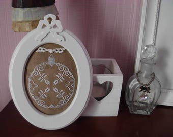 Frame Christmas ball with Shabby Chic cross stitch