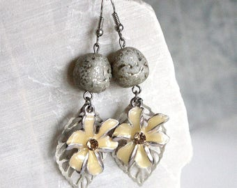 Earrings yellow flower and brass leaves.