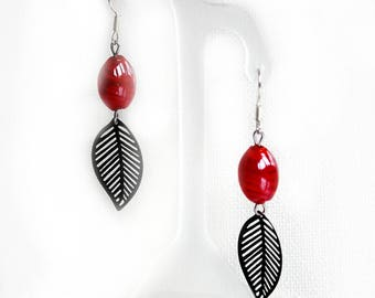 Red and black leaf earrings in brass