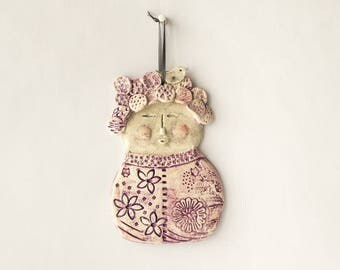 Lady naive spirit to hang prints of flowers in relief ceramic Hat formed by flowers, purple enamel