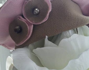 Beret for girl in beige and pink fleece and two flowers adorned with a Pearl button