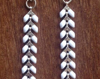 White enamel spike chain bracelet with silver chevron