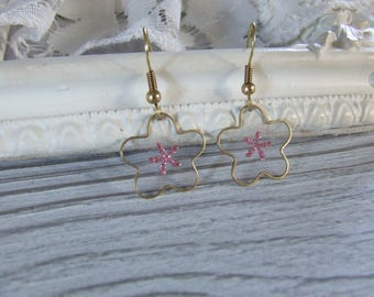 Pink and gold earrings support in the shape of flower filled with resin with inclusion of a glitter image