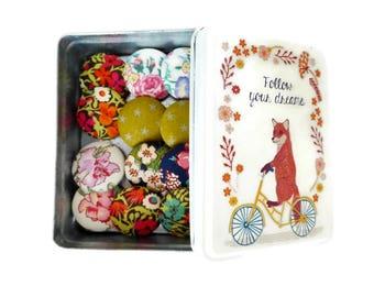 Boite à boutons remplie de boutons tissu, style vintage, fleurs, liberty, étoiles, renard