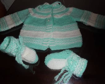 Jacket and booties for babies from 0-3 months