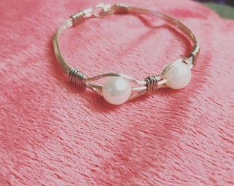 Wire bracelet with 2 pearls