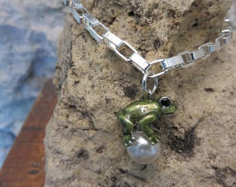 Bracelet links with silver frog pendant