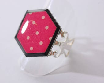 Ring cabochon with dots, fuchsia and black Hexagon shape