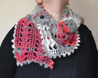 Beautiful scarf in shades of gray, red, ecru e with its matching brooch
