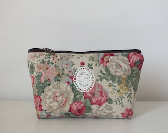 "Large ""YUWA"" flowers and lace patterned makeup case"