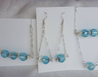 Set of jewellery gift, earrings, necklace and bracelet, mother-of-pearl and blue glass beads. Parure de bijoux, collier, bracelet et BO