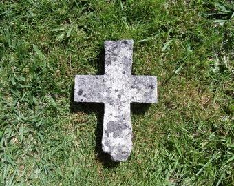 Old stone cross (a démousser)