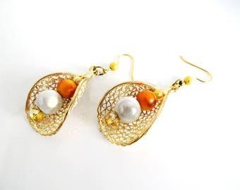 Support drop earrings on gold earrings, lace