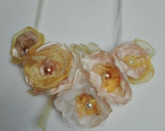 Flower necklace in satin and organza.