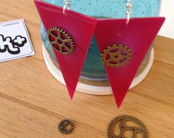 Triangle Fuchsia earrings in resin with gears