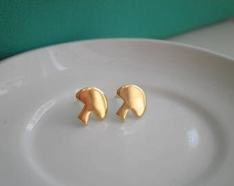 Vintage Brass Mushroom Stud Earrings - Golden Woodland Shrooms Post Earrings - Retro 80s New Old Stock Gold Toadstool Earring Jewelry Gift