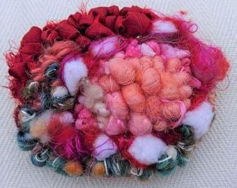 Pivoine: rug hooking brooch