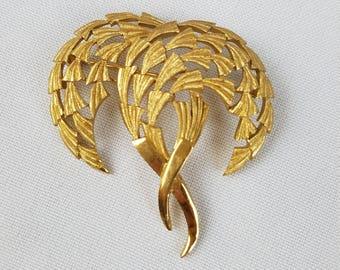Vintage Trifari gold tone brooch pin jewelry