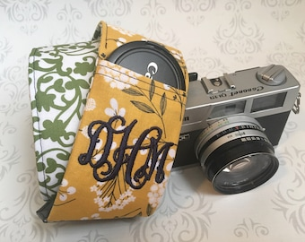 Personalized DSLR Camera Strap, Padded, Lens Cap Pocket, Nikon, Canon, DSLR Photography, Photographer Gift, Wedding - Cotton & Green Scroll