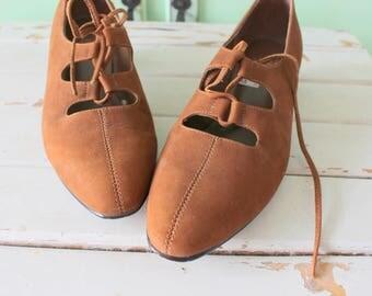Vintage MAD MEN Heels..size 7 womens..heels. shoes. pumps. designer vintage. brown leather. classic. mod. twiggy. mid century. bass heels