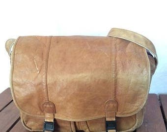 15% OFF3DAYSALE Distressed Great Vintage Authentic Briefcase Messenger Bag Tan Leather Travel Bag Made in Colombia