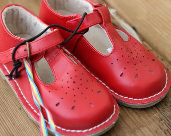 Vintage style size 6 junior girls red Mary Jane shoes