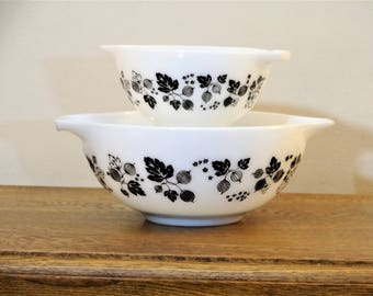 Vintage Pyrex Black on White Gooseberry Cinderella  Mixing Bowls - Set of 2 - 441 - 443 - Excellent Condition - Retro Kitchenware