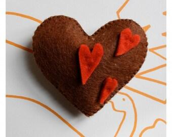 BROWN HEART BROOCH