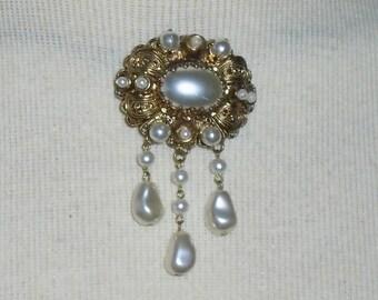 Vintage Art Deco Pearl Brooch ~ Gold Tone Metal, 17 Faux Pearls