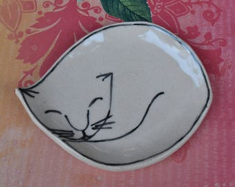 Cat spoon rest. Ceramic cat jewelry holder. Cat plate. Cat ring holder. White cat spoon rest. Cat table display. Handmade small cat plate
