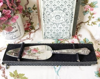 A beautiful vintage sterling silver King's Pattern pie or cake slice server
