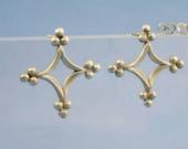 Ohrstecker Silber im Mittelalter Stil , groß flach, Sterlingsilber in Form eines gotischen Vierpass