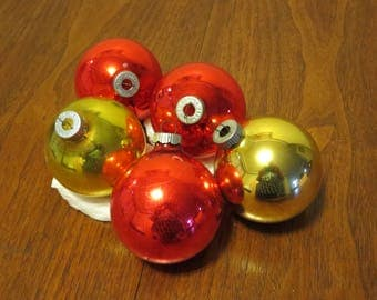 """5 vintage 1950s Shiny Brite glass Christmas ornaments decorations 3 red 2 gold 2 3/4"""" diameter"""