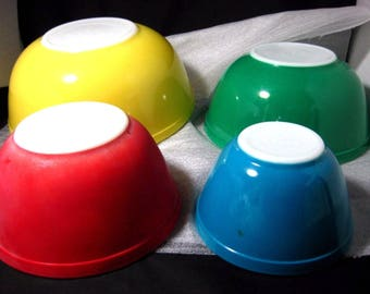 Vintage Set of Pyrex Nested Mixing Bowls in Primary Colors