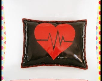 Original Coussin Deco !! HEART BEAT!! simili cuir brillant, noir rouge Taille: 38cm x 29cm belicious-delicious-creation