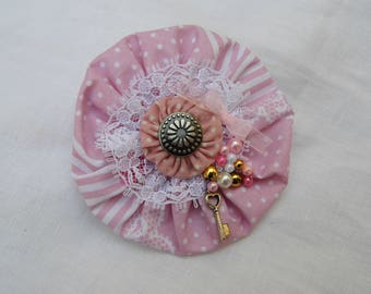 brooch pink yoyo adorned with lace and pearls