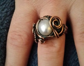 White pearl wire weaved ring in copper.  Vintage victorian looking ring.  Wire weaved