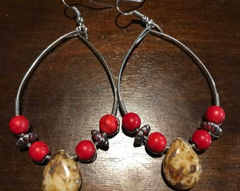 Loop earring with glass beads