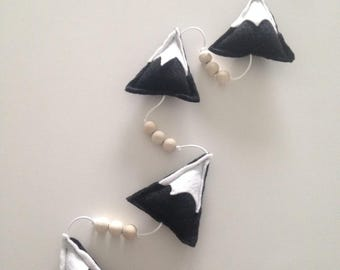 Garland of 4 mountains snow in black, white felt and wooden beads
