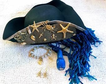 1 Set Costume, Uma Descendants 2 Disney, Hat, Bracelet, Earrings, Blue Nail Polish.