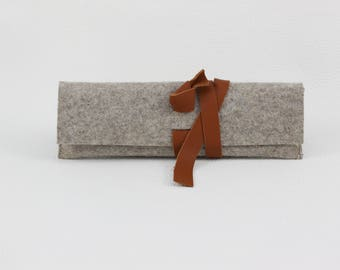 Pencil in Brown wool felt with a brown leather strap to the wrap for 8-10 pins