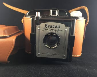 Beacon Two-Twenty Five w 70mm Coated Doublet Lens Bakelite Camera with Leather Case