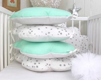 Tour de lit bébé 60cm large, ou décoration chambre d'enfant, nuages,  5 coussins , ton blanc, gris et vert menthe ou mint