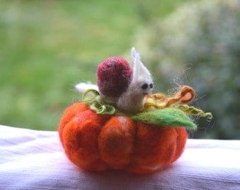 Quilted needle snail and MINIATURE gift gift felted pumpkin seamstress Pincushion needle decoration fabric textile ornament