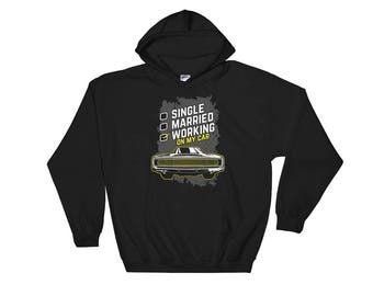 Single, Married, Working On My Car - Funny Classic Car Enthusiast Car Lover's Garage Unisex Hooded Sweatshirt