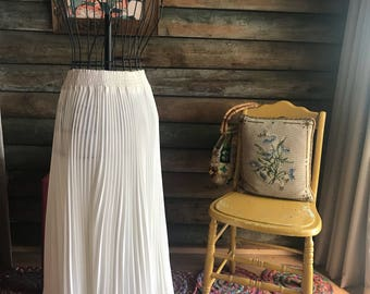 1960s white Marilyn Monroe pleated skirt with kick back hem and elasticised waist