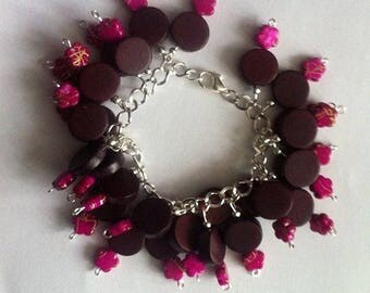 Purple wooden and plastic beaded bracelet with a 20cm chain