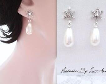Snowflake pearl earrings, Pearl earrings, Snowflake earring, Winter wedding jewelry, Brides snowflake earrings, Sterling posts. Swarovski