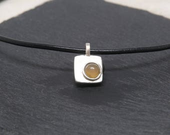 Pendant of sterling silver 925 and leather, with pale yellow agate.